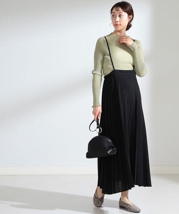 こちらも透け感のあるプリーツスカートで、黒でも軽やかに見えますね。サスペンダー付きなので、クラシカルな雰囲気の中にも可愛らしさが漂う大人コーデです。
