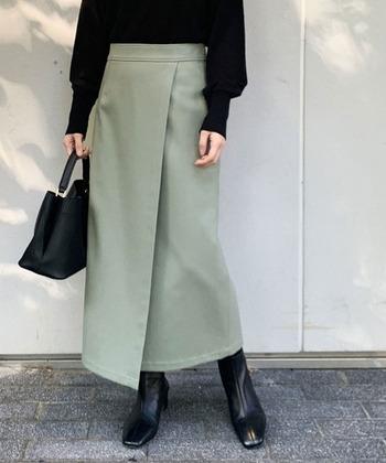 ラップスカートの正式名は「ラップ・アラウンド・スカート」で、巻きスカートやラップト・スカートとも呼ばれます。一般的には一枚の布を腰に巻いてボタンなどで留めるスカートのことを指しますが、巻きスカートのようにデザインした「ラップ風スカート」も人気です。
