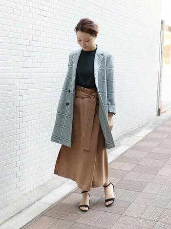 こちらのラップスカートは優しいベージュの色合いと、ふんわりしたシルエットが女性らしい雰囲気。高めの腰位置でウエストマークするデザインなので、スタイルUP効果も期待できそう☆ロングジャケットをラフに羽織り、リラックス感をもたせた着こなしがとっても素敵です。