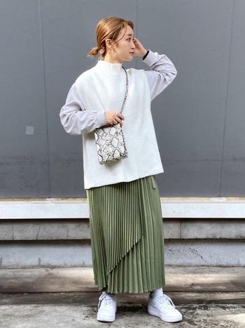 こちらのラップスカートは、サテン素材のアシメデザインが可愛いですね♪トップスはシャツとニットベストを合わせて、足元はスニーカーやパンプスなど。動きのあるデザインなので、シンプルに合わせるだけでもおしゃれに着こなせそうです。