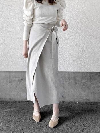 女性らしくエレガントで上品なホワイトコーデ。程よく肩の力を抜いた、エフォートレスな着こなしがおしゃれですね。足元にはナチュラルなベージュを合わせると、大人っぽい抜け感をプラスできます。