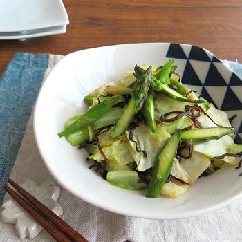 柔らかな春キャベツは生でも美味しい!アスパラと合わせて歯ごたえの楽しい食感に。塩昆布とオリーブオイルのシンプルな味付けで、野菜が持つ美味しさを活かした一品です。