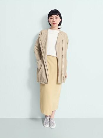 コーディネートに華やかさをプラスする「カラースカート」。グリーン・イエロー・パープルなどのトレンドカラーを取り入れると、一気に今年らしい着こなしが完成します。  こちらのラップスカートはやわらかなイエローがとっても綺麗!シンプルスリムなシルエットなので、カジュアルにまとめても女性らしい雰囲気が作れます。