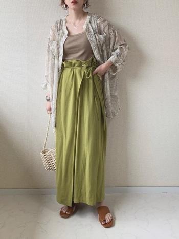 発色の美しいピスタチオカラーが目を引く、おしゃれなラップスカート。細めのリボンベルトがスカートの表情を和らげてくれています。大人っぽくて上品なカラーは、あまり季節を選ばずに使えるのでおすすめです。