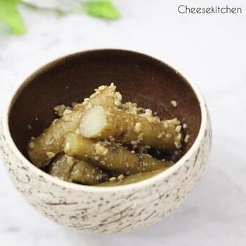 たたきごぼうは、シンプルな一品ですが、香り豊かな春ごぼうを味わえる副菜レシピです。すりこぎ棒などを使って、しっかりごぼうを叩いて繊維を壊すことにより、味がよく染みて美味しく仕上がります。