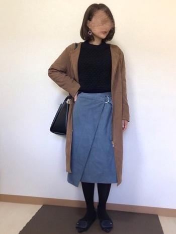 膝下~ふくらはぎまでの、絶妙な丈感が人気の「ミディ丈・ミモレ丈」のラップスカート。普段のコーディネートをクラスアップする、大人っぽくて上品な雰囲気が魅力です。  こちらはシックなブラック×グレーに、アウターのベージュをひとさじプラス。洗練された配色バランスも、さっそく真似したくなります。