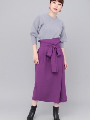 こちらは大人可愛いパープルのラップスカートです。女性らしく華やかな色合いがとっても素敵ですね!存在感抜群のカラースカートは、一枚で着こなしが決まる便利なアイテムです。「最近コーディネートがマンネリ化してきた…」という方は、さっそく取り入れてみませんか?