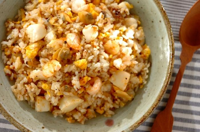 シーフードミックスは解凍した汁も一緒に炒めるのがおいしさのポイント。海鮮の旨味を活かすので味付けはシンプルでOK。