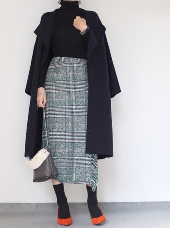 秋冬のコーディネートに大人気の「チェック柄」。パターンや色の組合せ方によって、様々な雰囲気が楽しめるのも魅力です。こちらはクラシカルなデザインがとってもおしゃれ。存在感抜群のラップスカートは、シンプルな秋冬コーデにぜひおすすめです。
