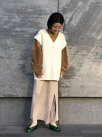 ラップスカートはデザイン・丈・柄はもちろん、生地の「素材」によっても様々な雰囲気が楽しめます。  スエード調の生地を使用したこちらのスカートは、起毛感のある素材が上品でソフトな印象です。トップスはビックシルエットにまとめ、足元には個性が光るグリーンのサテンを取り入れておしゃれに♪