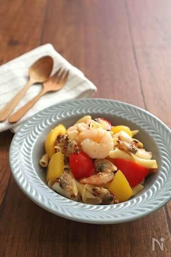 ガーリックオイル風味でワインによく合うイタリアン風おつまみ。パプリカの黄色と赤が映えて、テーブルがパッと華やかになります。
