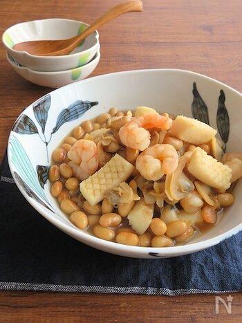 シーフードミックスの旨味がたっぷり染み込んだ大豆のおかずです。大豆は水煮缶を使うので手間いらず。