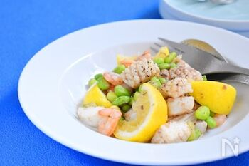 レモンの爽やかな酸味にガーリックの風味が効いた海鮮炒め。白ワインや日本酒に合いそうですね。