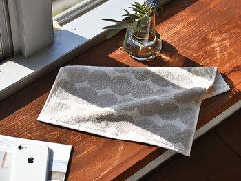 泡をきれいに流し終わったら、タオルの繊維で皮膚を傷つけないよう、ぽんぽんと押し当てるようにして水分を拭います。 タオルの素材は、綿100%などの肌に優しいものを選ぶといいですね。タオルで拭き終わったあとは、化粧水や乳液でしっかり保湿するのを忘れずに。