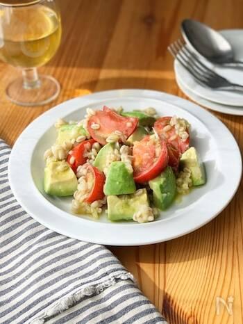 爽やかなトマトとクリーミーなアボカドに、もち麦のもちぷち感がアクセントになったサラダ。充実感たっぷりのひと皿です。常備菜としてもおすすめ。