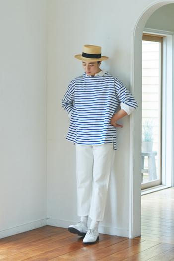 いつものボーダーは、パキッとした青×白の組み合わせで春仕様にアップデート。ミディウミ定番のデニムパンツは、程よいテーパードシルエットの八分丈で足元をすっきりと演出。カンカン帽やレザーシューズをプラスして、品のある大人マリンに仕上げましょう。