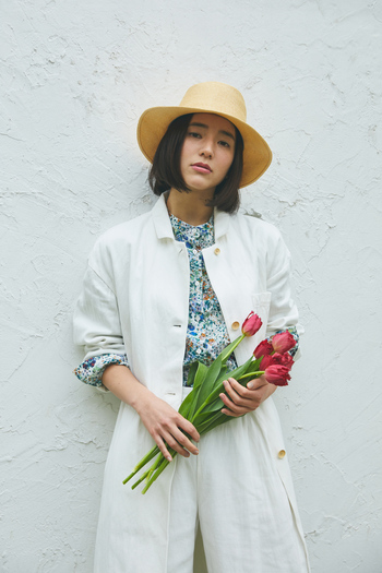 着心地軽やかなコットンローンのプリントシャツに、メンズライクなワイドコートをさらりとオン。シャツはフランスの老舗テキスタイルメーカー「DEVEAUX(デヴォー)」の生地を使用。爽やかでみずみずしい草花モチーフが、顔まわりを華やかにしてくれます。