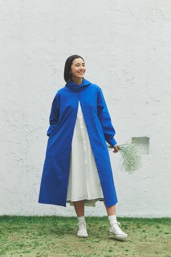 定番人気のシャツワンピースに、気分が上がる鮮やかなブルーのアウターを羽織った春らしいコントラストの2トーンコーデ。新作のアウターは、リサイクルポリエステルを使用し、速乾性に優れた軽やかな素材です。シャツワンピのようなデザインに、大きめのフードがスポーティーな印象をプラス。