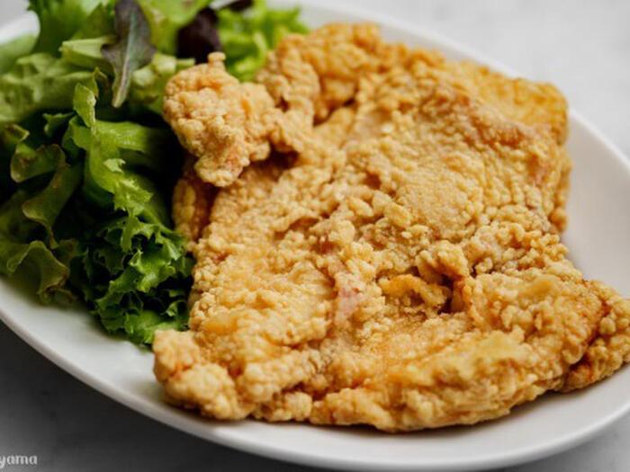 叩いて延ばした鶏のむね肉を、調味料に漬け込みカリッと揚げるだけでできる「大鶏排(ダージーパイ)」。五香粉を加えることで台湾の味に。ボリュームもあるので、大満足間違いなしの一品。