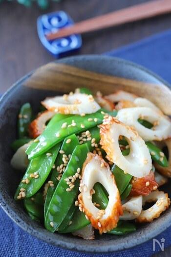 煮物の彩りとして脇役になりがちなさやえんどうですが、副菜のスピードメニューとして簡単につくれるので活躍させたい春の食材です。ピリ辛な中華風の味わいとシャキシャキ食感がたまりません。