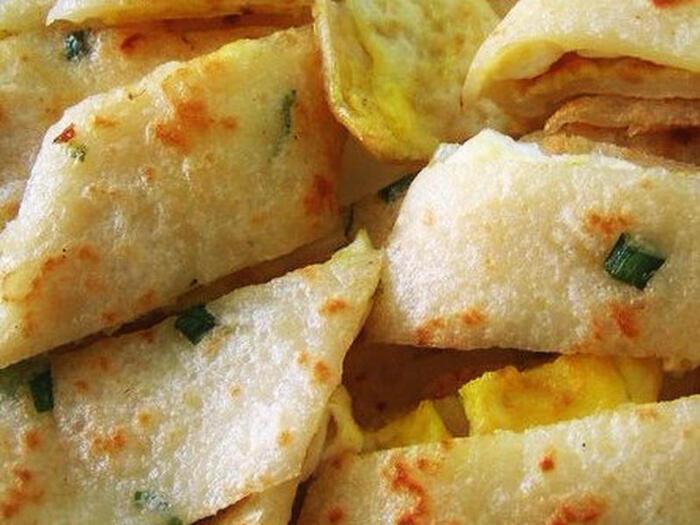 台湾で「早餐店」と呼ばれる朝ごはん屋さんの定番メニュー「蛋餅(ダンピン)」。クレープのような小麦粉の生地に、薄く焼いた卵を乗せてクルクルと巻けば完成です。チーズやツナ、コーンを加えることもでき、アレンジもたくさん!朝でもぺろっと食べられて、中に加える食材を変えれば、さまざまな味が楽しめますよ。