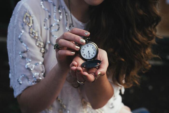 自分がやりたいことや目標を成し遂げるには時間が必要ですが、お金で時間を買うことはできません。また、お金は減っても増やすことができますが、失ってしまった時間は取り戻すことができません。要するに、時間とはお金以上に貴重なものなのです。