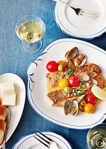 白ワインが合う魚介のメイン料理の中でも、とくに人気のあるアクアパッツァ。このひと皿があれば、あとはサラダなどを添えるだけでも十分。海の幸のうまみと、豪華な見た目にもかかわらず簡単にできることなどうれしいことがいろいろ。