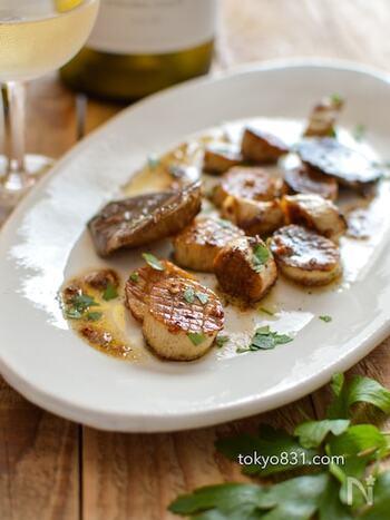 風味豊かなきのこの料理も、白ワインのいいパートナー。エリンギに格子状のき切れ目を入れ、焦がしガーリックバター風味のソテーにすれば、ホタテのようでおしゃれ感いっぱい。