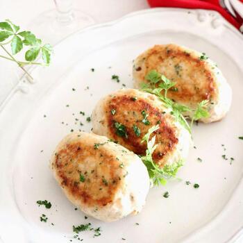 鶏肉だけでなく、豚肉を使ったさっぱりめの料理も白ワインにとても合います。チーズを包み込んだおつまみつくねバーグなどいかが?シンプルな味は、体にも優しそう。