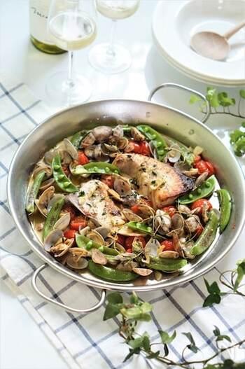 アクアパッツァは白身魚を使いますが、こちらは青魚を使ったアレンジ。白ワインやハーブを使うことで臭みもなく、風味豊かです。