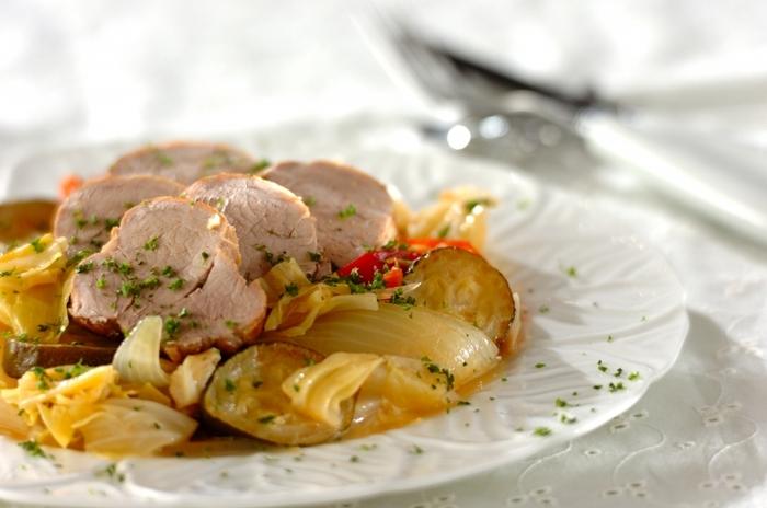 豚ヒレ肉とキャベツを、白ワインで柔らかくあっさりした蒸し煮に。仕上がったら豚ヒレ肉を取り出し、アルミホイルで包んで落ち着かせてから切り分けます。これからの季節は、冷やしてもOK。