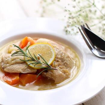 白ワインをたっぷり使った、鶏肉の白ワイン煮。特別な材料は何も使わず、ふっくら柔らかな贅沢メインディッシュができます。