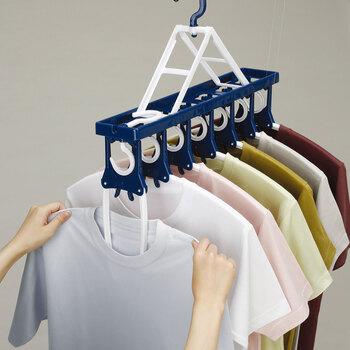 連結タイプのハンガーは、洗濯物が乾きやすい間隔を保ちやすく、風が吹いても洗濯物が偏ったりせず便利に使えます。移動がワンアクションですむので、干すのも取り込むのも楽に◎  また、ハンガー部分を握ると、するっと服が外れて取りやすいのもうれしいポイント。