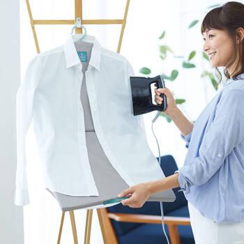 洗濯物を取り込んだついでに、手早く乾かすために、ささっとアイロン掛けできるハンガータイプのアイロン台。360°回転するので、前身頃も後ろ身頃もくるっと回すだけ。裾までしっかり掛けられるよう、持ち手が付いています。