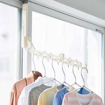 窓のサッシにはめ込むだけで簡単に取り付けられるハンガー。レールと窓枠の隙間に挟んで使うのですが、お部屋の引き戸もOK。 先端部分は竿を渡せるようになっています。