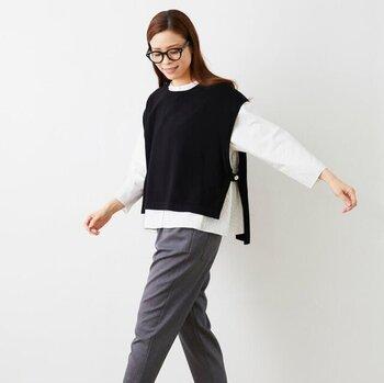 いつものリモートワーク服になんだか飽きてしまった……と感じたら、アクセントにショート丈ベストをプラスしませんか?少しワイドなボックスシルエットは、ゆったり着られてフェミニンさもUP。細身パンツ、ワイドパンツ、そしてスカートにも◎ 組み合わせは自由自在!