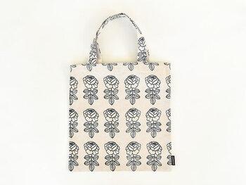 marimekko(マリメッコ)代表作のデザイン=VIHKIRUUSU(ヴィヒキルース)のトートバッグは、麻混の少し厚みのある素材で、ナチュラルな風合いが素敵。深いグリーンで描かれた花柄は、甘くなり過ぎずドライフラワーを飾るのにも適してそう。普段使いでは、コーディネートのポイントに!