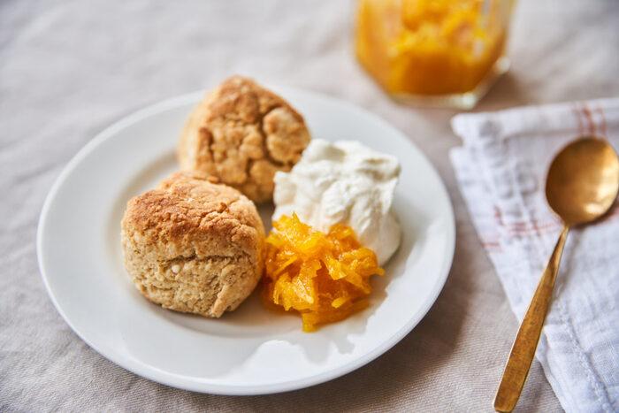 バター、ジャム、クリームチーズなど、幅広い楽しみ方ができるスコーン。もちろんたっぷりの生クリームとも相性抜群です。外をカリッとこんがり焼くことで、フワフワ生クリームの美味しさがより引き立つ仕上がりに。