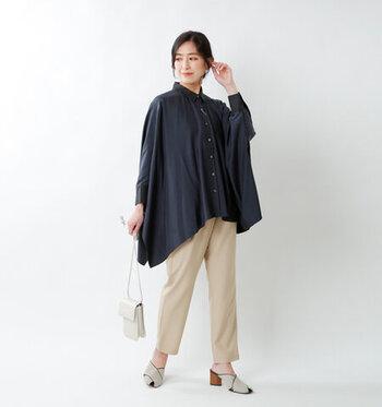 ワイド幅で光沢感があるデザインシャツは細身のパンツと合わせて。動くたびにゆらゆらと揺れて、フェミニンな印象に。甘さを抑えたネイビーブルーで知的な要素をプラスしましょう。