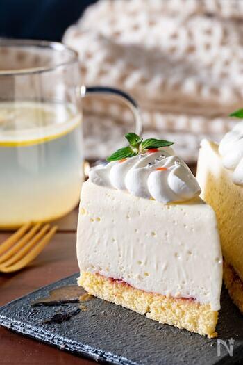 濃厚で滑らかな口当たりでありながら、さっぱりした食べ応えが魅力のレアチーズケーキです。 限界まで柔らかな食感を追求するためには、クリームチーズ、生クリーム、ホワイトチョコレートをもったりするまで2〜3分しっかり撹拌するのが大切。ゼラチンの量も5gと、最小限に抑えるのがポイントです。