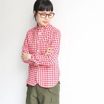大き目のギンガムチェックがキュートなシャツ。小さめの丸襟に裾のカーブなど、細かなところにかわいらしさを感じられます。