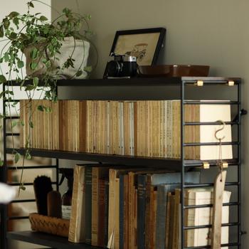 ラックの高さは5cm単位で調整できるので、漫画本の高さに合わせて変えることができます。余分なスペースが生まれないから、有効活用できてスッキリと気持ちがいいです。