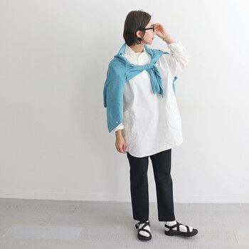一枚で着るのももちろん素敵ですが、セーターやカーデを肩掛けするとちょっとしたアクセントになり、コーデに活気が生まれます。