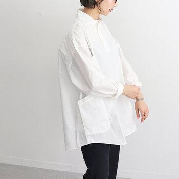 小さめの丸襟が女性らしくとってもキュート。フロントからサイドにかけて付いている、大きめのポケットもユニークです。