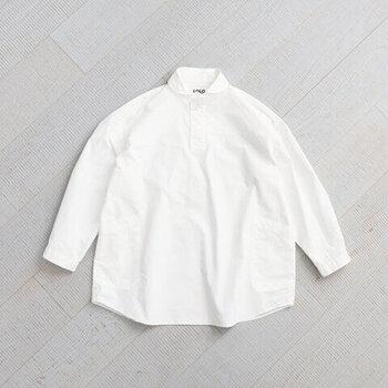プルオーバータイプのシャツ。ビッグなシルエットが今年っぽく、着るだけで旬な着こなしに。