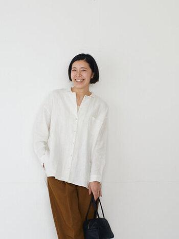 柔らかで透け感があるリネン100%のシャツ。一見、ノーカラーに見えますが、控えめに付いた小さい襟がアクセントに。