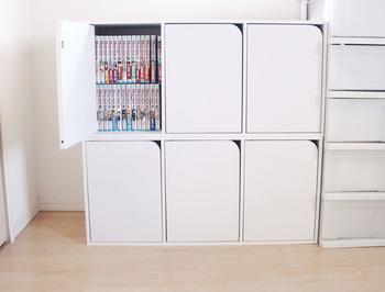縦にも横にも置くことができるニトリのカラーボックスです。扉が付いているから目隠しできて、漫画本の存在感を消してくれます。