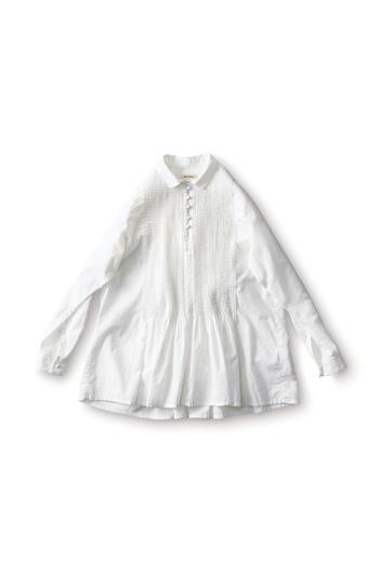 胸元に細かく入ったピンタックがフェミニンなシャツ。小さめの襟のおかげで、甘くなりすぎません。