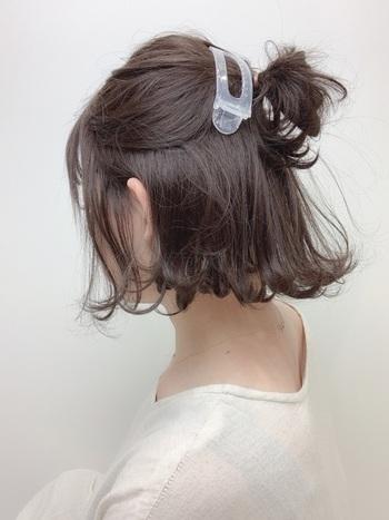 斜め上にハーフアップを作り大きめのヘアクリップをつけたアレンジは、いつもとはちょっと違う少しの個性をプラス。後れ毛や髪の広がりも抑えることができるので実用性も◎