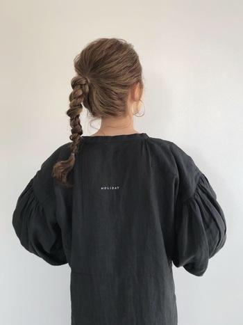 高い位置でポニーテールを作り、固めにねじり三つ編みを結っていきます。ぴょんと上を向いた毛先がかわいらしく、カジュアルな洋服にもよく似合ってくれますね♪